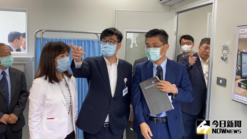 ▲陳其邁參觀「移動式緊急部署檢疫醫院原型」。(圖/記者陳聖璋攝,2020.05.10)