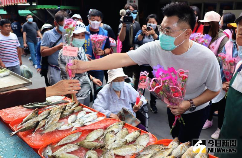 ▲江啟臣展現他年輕積極有活力的一面,穿梭在馬公北辰市場的攤商之間,親切的向買菜的婦女問候。(圖/記者張塵攝,2020.05.10)