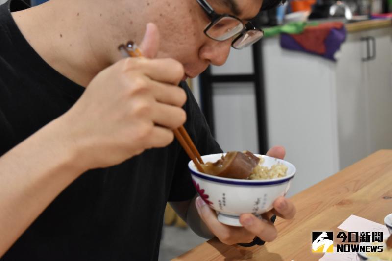 ▲彰化縣議員吳韋達挑戰連吃「六碗」焢肉飯。(圖/記者陳雅芳攝,2020.05.10)