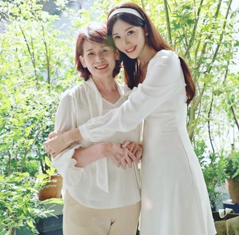 ▲林志玲PO出與媽咪吳慈美(左)的合照,祝大家母親節快樂。(圖/林志玲IG)
