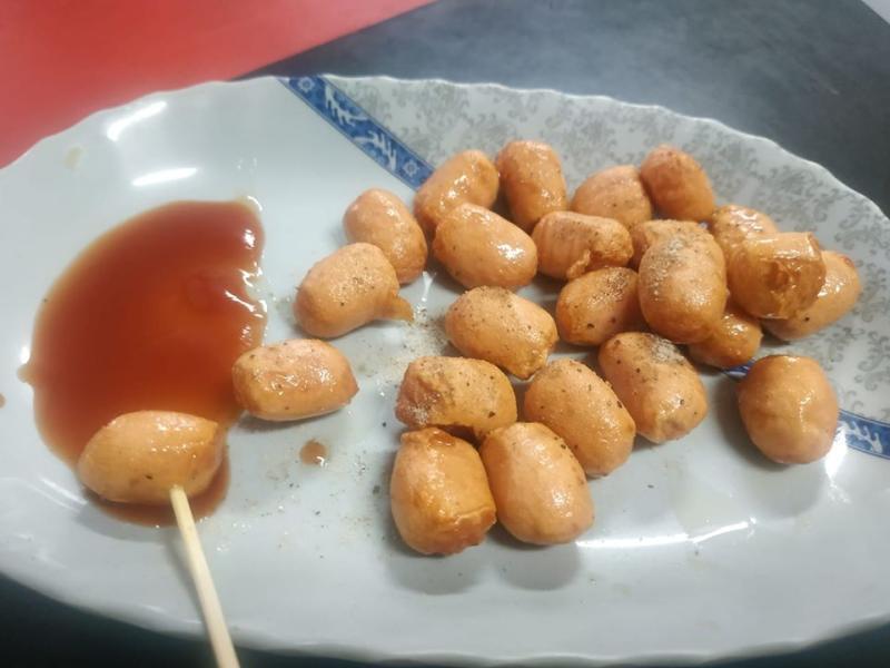 ▲一名網友分享自己的必點早餐「小肉球」,引來眾多南部人回應。(圖/翻攝自爆廢公社二館)