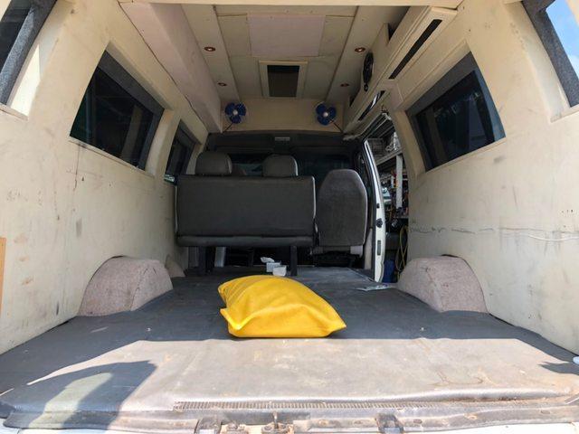 ▲有網友笑說,「黃色枕頭沒拿掉,車商算沒有偷配備」。(