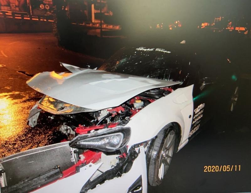 台南百萬跑車自撞全毀 2人輕重傷駕駛神隱