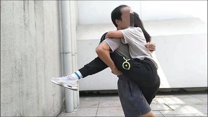 ▲狼教練緊貼女學生。(圖/鄧穎芝臉書)