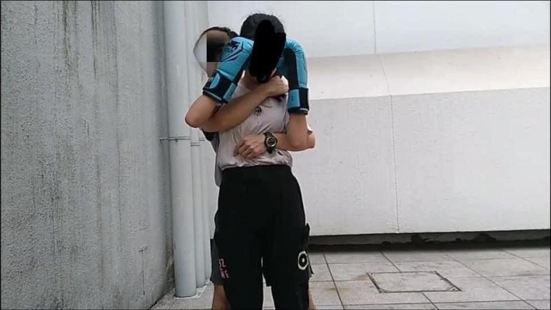 ▲狼教練環抱女學生。(圖/鄧穎芝臉書)