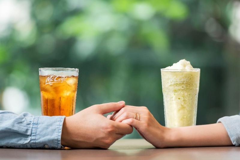▲炎熱的夏季即將到來,麥當勞推出消暑解渴的蜂蜜紅茶、蜂蜜檸檬冰沙,讓你約會聊天更具甜蜜。(圖/麥當勞)