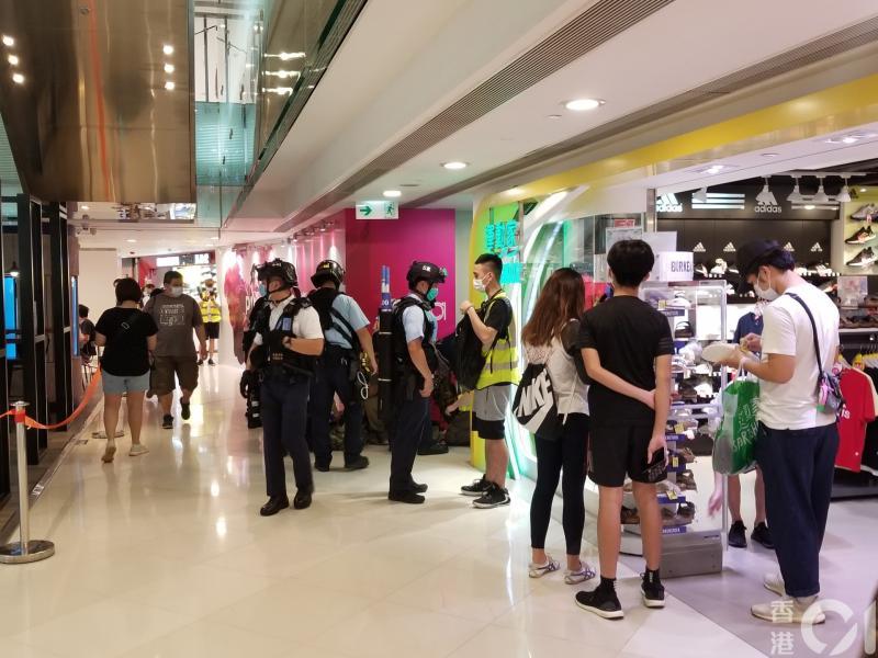▲民眾在商場內集結。(圖/翻攝自《香港