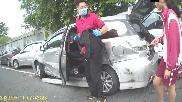 載送小孩上學而遭追撞的銀色休旅車,車門受損嚴重。