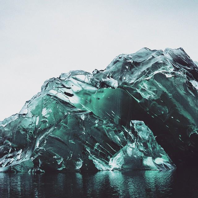 ▲從照片中可以看到,冰山水面下的部分是由海水凝固而成的藍色,顏色晶瑩剔透,就像一塊珍貴的藍寶石。(圖/翻攝自
