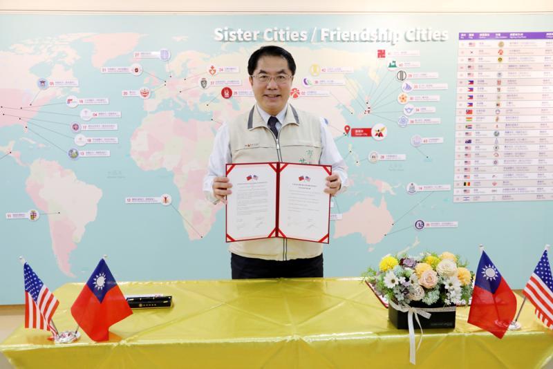 ▲台南市長黃偉哲開心的展示締盟意向書(