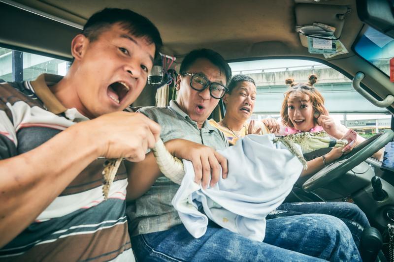 ▲李銘順(左起)、游安順、薛仕凌、孟耿如與鱷魚合影。(圖