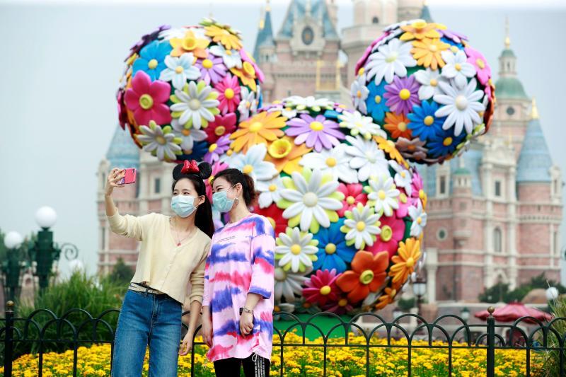 ▲上海迪士尼樂園內佩戴口罩的遊客。(圖/翻攝自財新網)