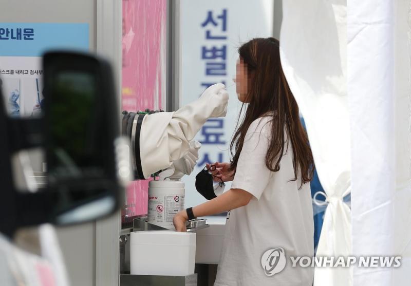 ▲首爾龍山區接受檢疫的民眾。(圖/翻攝自《韓聯社》)