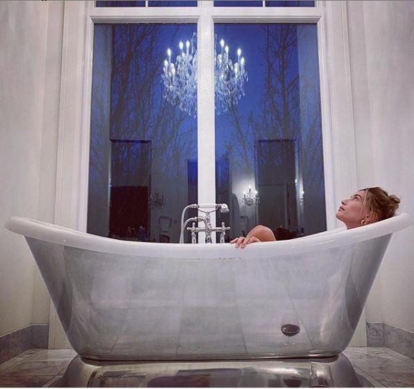▲落地窗倒影可看出小賈斯汀與海莉的浴室,有華麗水晶燈。(圖/翻攝小賈斯汀IG)