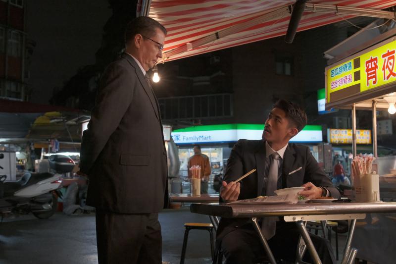 ▲梁正群(右)在戲中飾演日方與高鐵的協調者。(圖