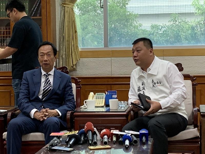 嘉義市議會副議長蘇澤峰(右)。(圖/記者陳惲朋攝)