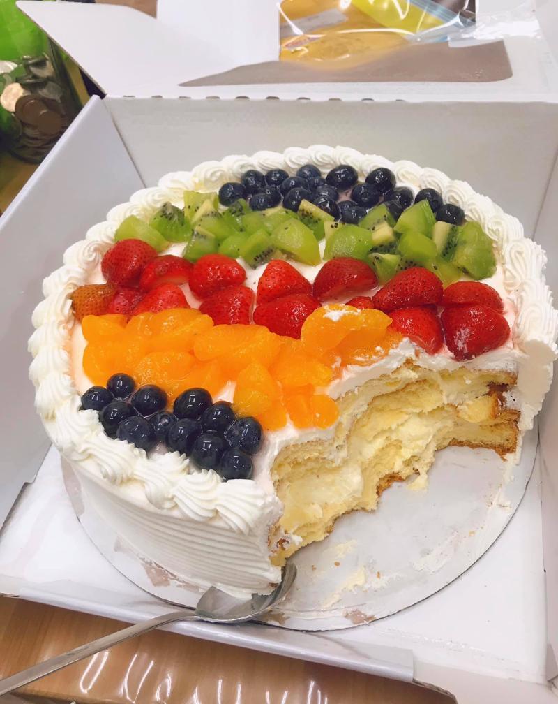 ▲其中一位網友直接拿湯匙挖蛋糕吃,讓眾人驚呼「我也想這樣挖蛋糕」。(圖/取自臉書「Costco好市多