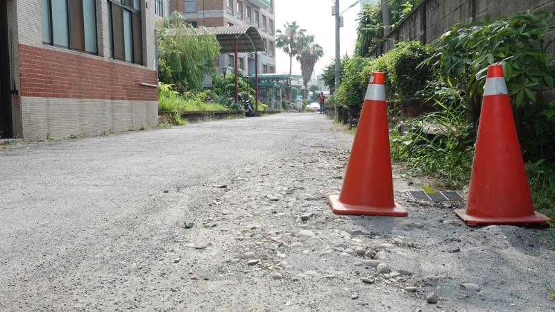 ▲慈愛教養院院區內的巷道30餘年未整修,加上進出頻繁,導致路面坑坑洞洞。(圖/記者葉靜美攝,2020.05.13)