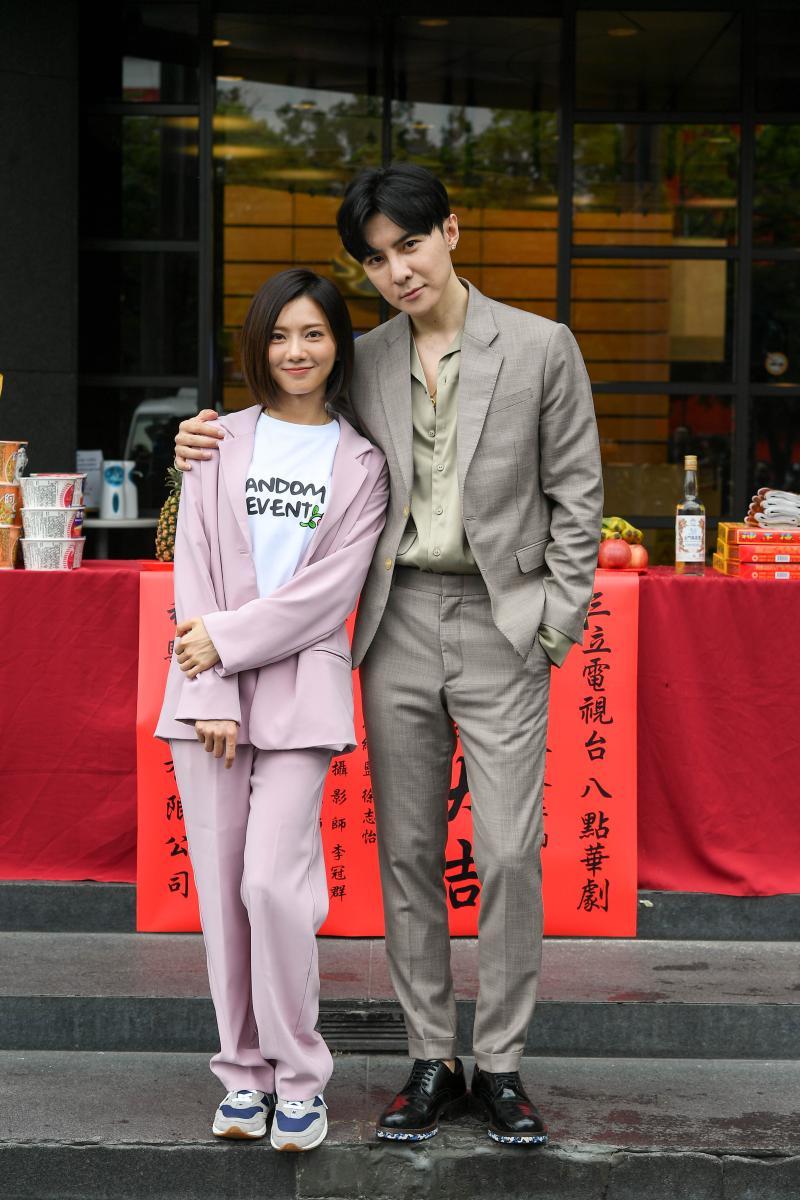 ▲蔡黃汝(左)說手機的最愛歌單中還有唐禹哲的歌。(圖