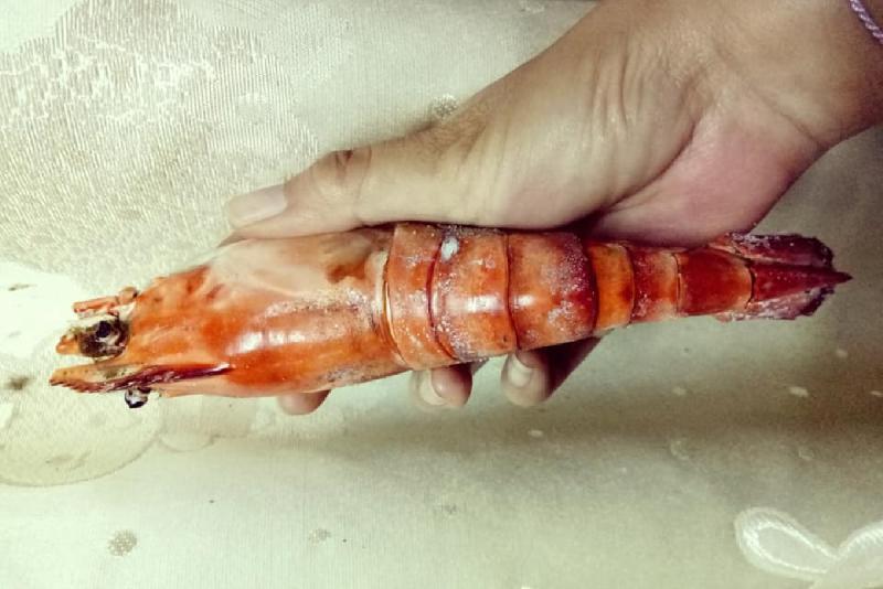 ▲一名女網友分享,自己日前在市場買到超大泰國蝦,但回家一煮後卻傻眼了,蝦子直接萎縮到超小一隻。(圖/翻攝自爆怨公社)