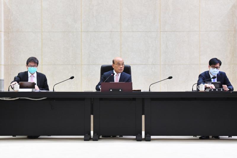 ▲行政院長蘇貞昌(中)今(14)日率內閣總辭,上午舉行最後一次行政院院會。(圖/行政院提供)