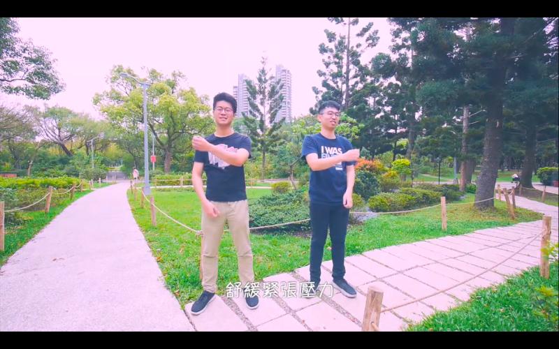 ▲醫師父子檔李兆麟、李研永在防疫期間攜手創作〈打個心靈點滴〉。(圖/翻攝YouTube)