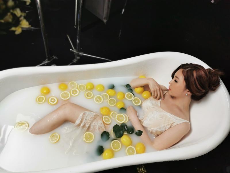 ▲黃思婷泡檸檬牛奶浴。(圖/豪記唱片提供)