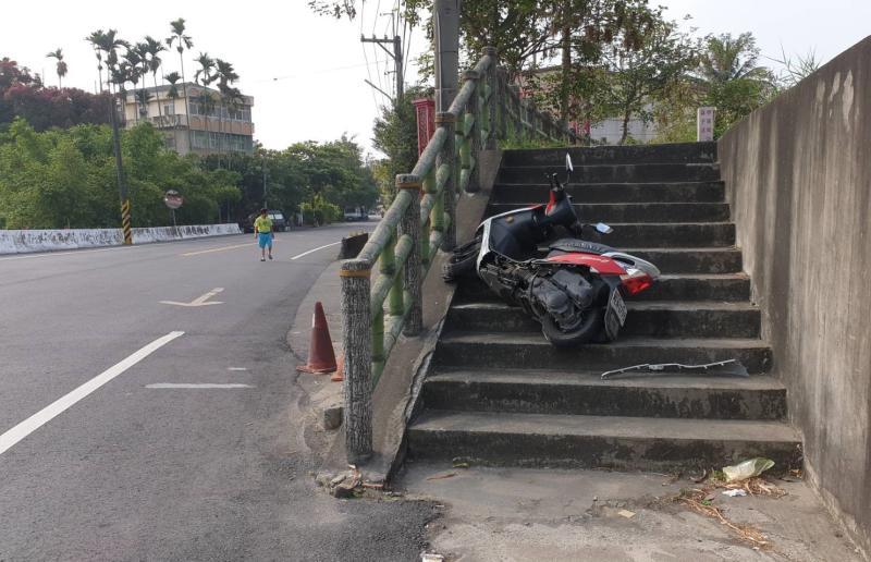 斗南崙仔溪驚奇自撞 <b>女騎士</b>人車衝上階梯