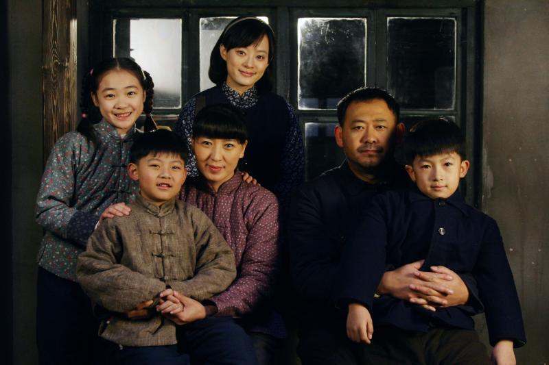▲孫儷(後排中)與張儉(右二)生下三個孩子,左三為張儉妻小環。(圖