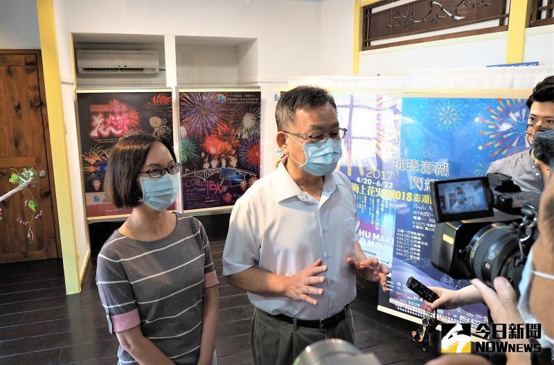 ▲賴峰偉前往花火體驗館,對於旅遊處長陳美齡結合創意與美感,做出這麼酷炫的高科技的互動體驗裝置相當肯定。(圖/記者張塵攝,2020.05.15)