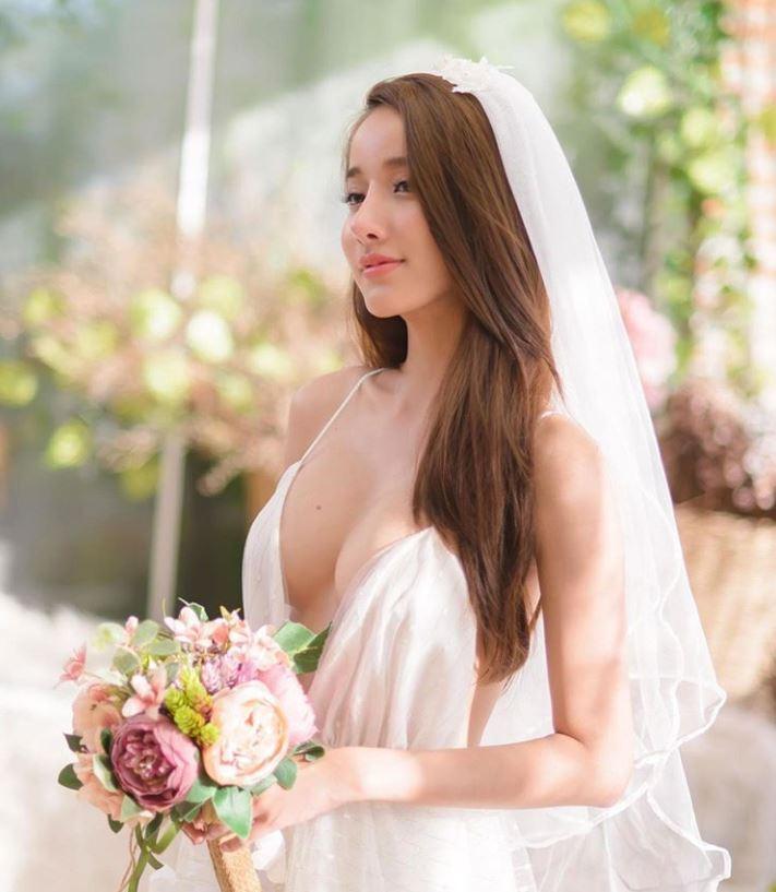 ▲目前碩士畢業的她,除了網紅與平面模特兒兼職,還參與了泰國當地歌手MV與戲劇演出,未來或許會往演藝圈深耕發展,令人期待。(圖/翻攝自IG)