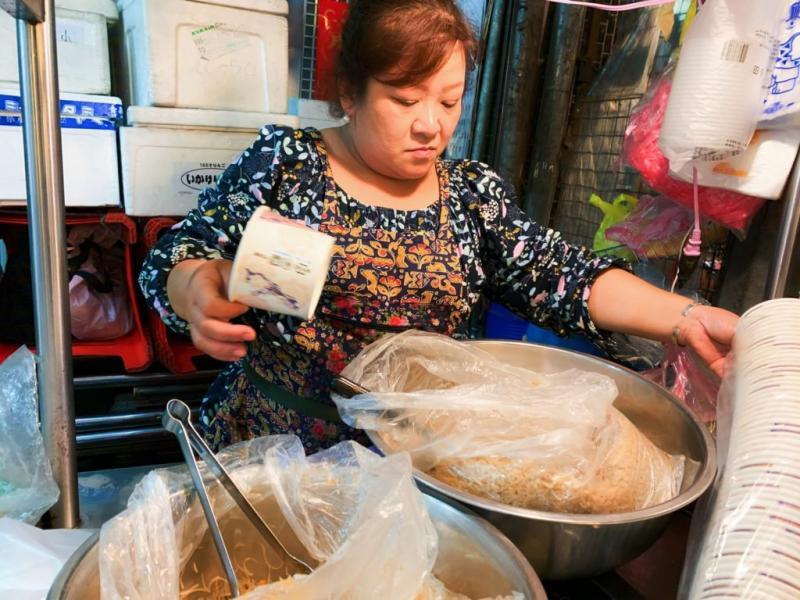 ▲油飯卻是非同小可,飽滿的米粒中散發淡淡麻油香。(圖/記者宋原彰攝)