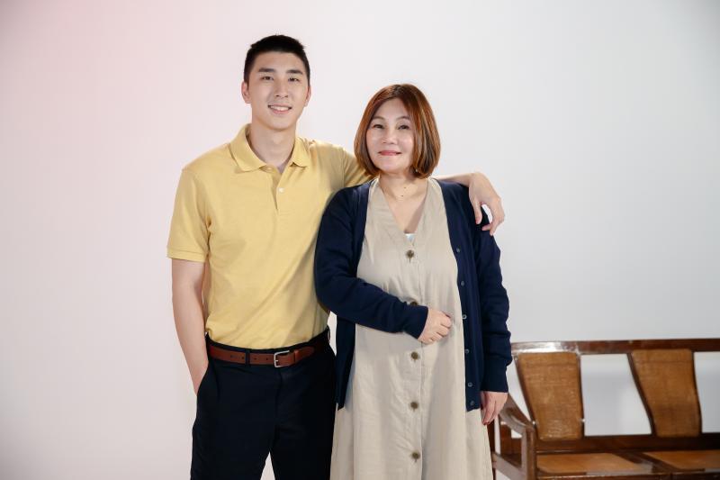 ▲官靈芝(右)、胡釋安合作演出MV。(圖/新視紀整合行銷提供)