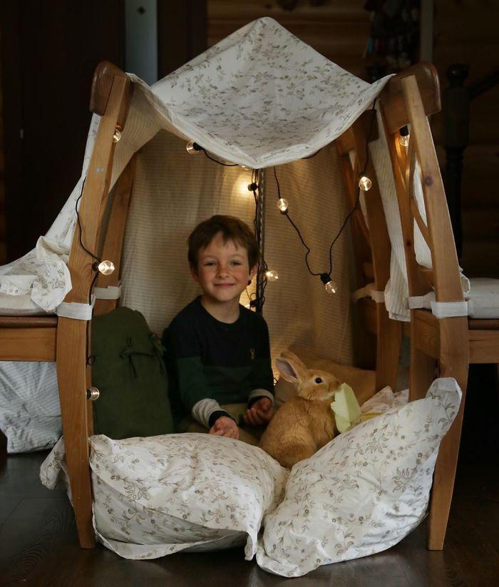 ▲家長實際動手改造傢俱,小孩看起來都很開心。(圖/翻攝自