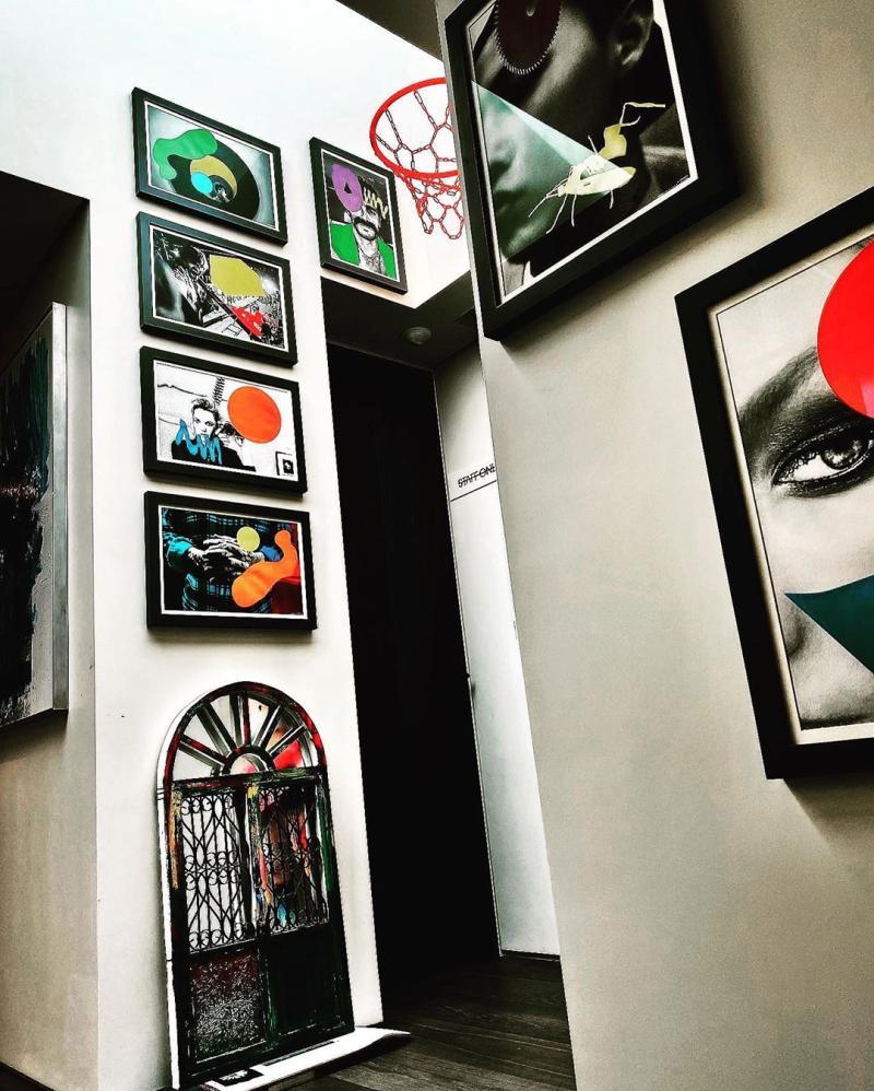▲GD家的牆上掛滿畫作。(圖/