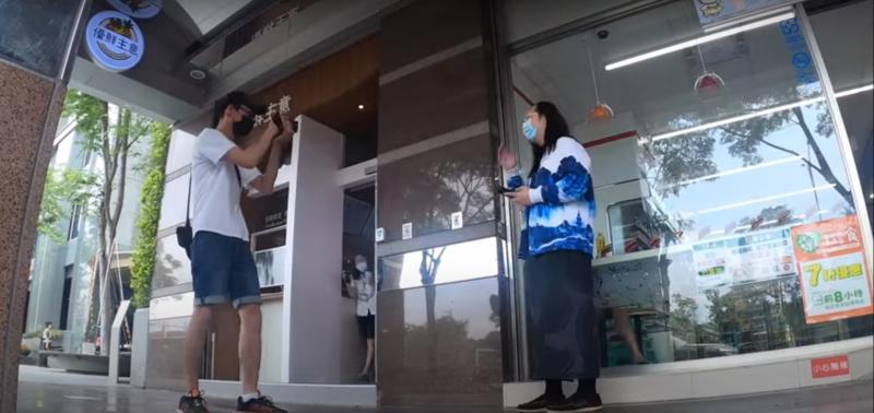 ▲阿滴與唐鳳一同拍攝影片。(圖/翻攝阿滴日常