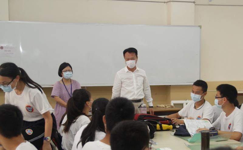 嘉義縣長翁章梁在教育處長陳添丁陪同,到東石高中為考生加油打氣。