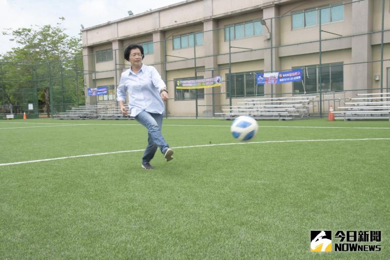 ▲體育老師出身的縣長王惠美也應邀與小將們小試身手。(圖/記者陳雅芳攝,2020.05.16)