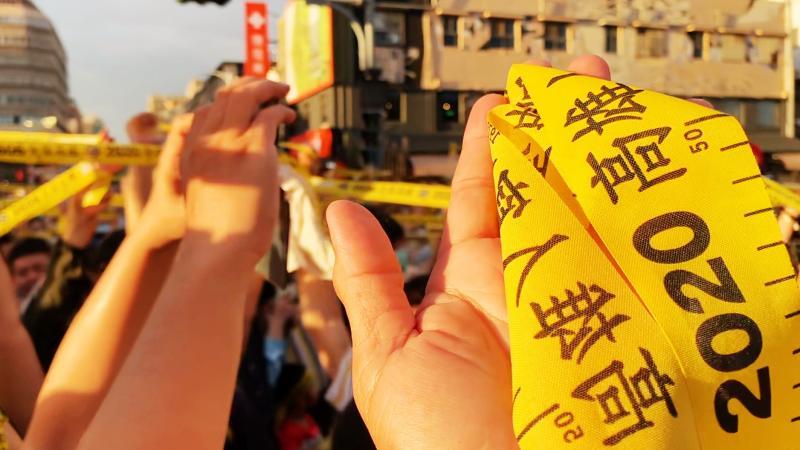 ▲罷韓團體今(16)日在高雄駁二等地舉行「666罷韓演習」,吸引大批民眾前來參加。(圖/記者郭俊暉攝,2020.05.16)