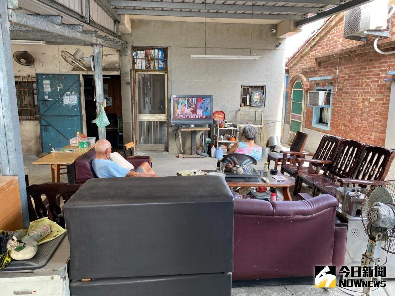 ▲附近的老者或鄰居,閒暇都到雜貨店泡茶、聊天,玩玩象棋麻將。(圖/記者陳聖璋攝,2020.05.17)