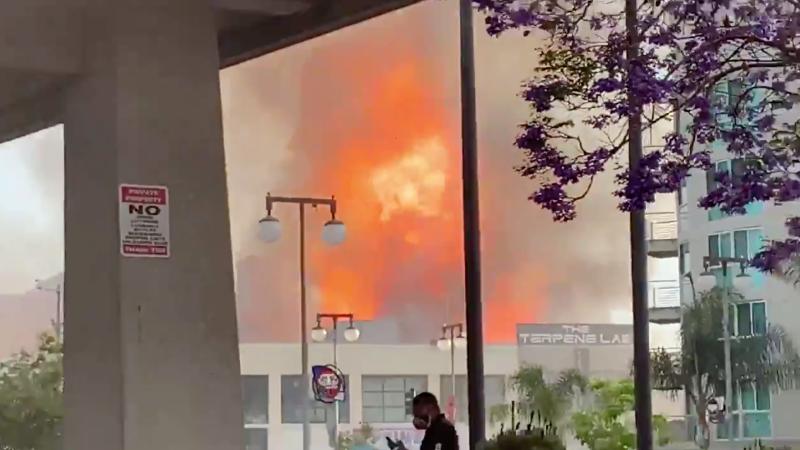 ▲洛杉磯市中心發生大火。(圖/翻攝自 KTLA )