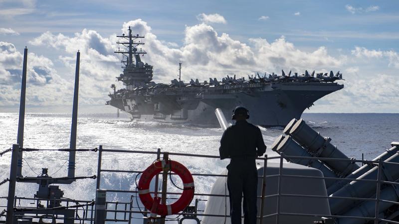 ▲美國海軍巡洋艦 USS Chancellorsville 和航空母艦 USS Ronald Reagan 的聯合軍演(圖/翻攝自美國外交官關係委員會)