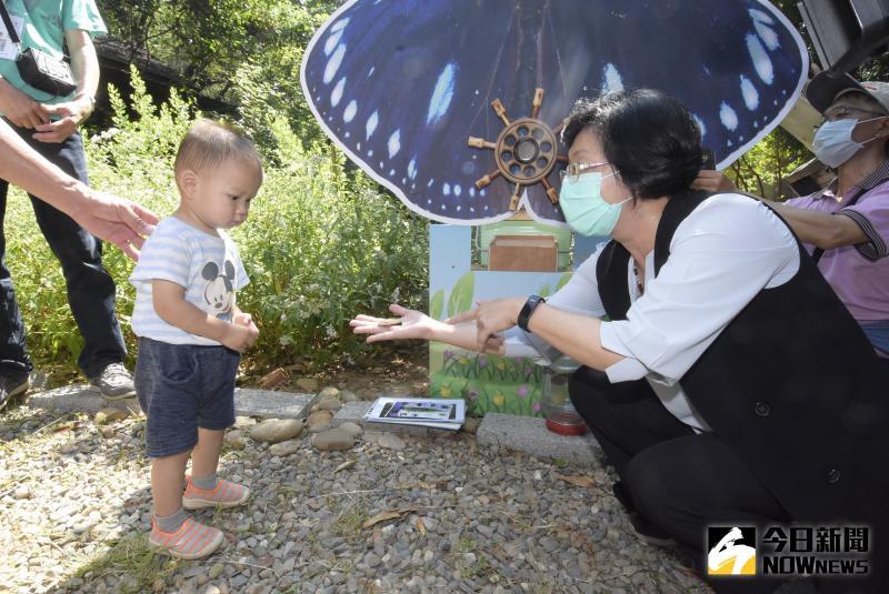 ▲縣長王惠美教小朋友認識紫斑蝶。(圖/記者陳雅芳攝,2020.05.17)
