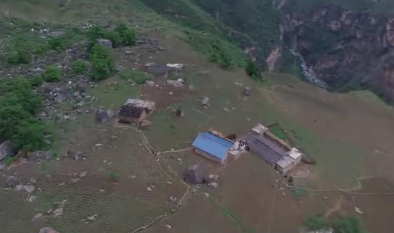 ▲四川涼山州昭覺縣支爾莫鄉的阿土列爾村,又被稱為「懸崖村」。( 圖/翻攝自Youtube)