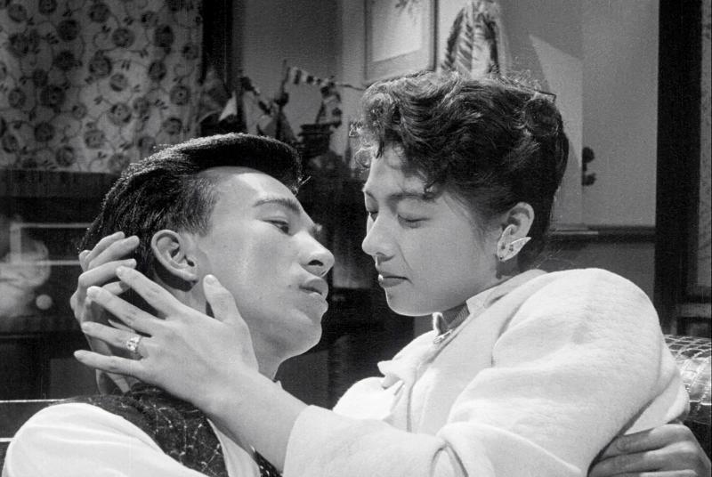 ▲吳麗芬(右)與張潘陽主演電影《丈夫的秘密》,有如《夫婦的世界》劇情(圖/friDay影音)