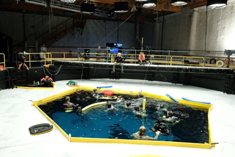 ▲▼詹姆斯卡麥隆導演指揮演員們拍攝水下場景。(圖/《阿凡達2》推特)
