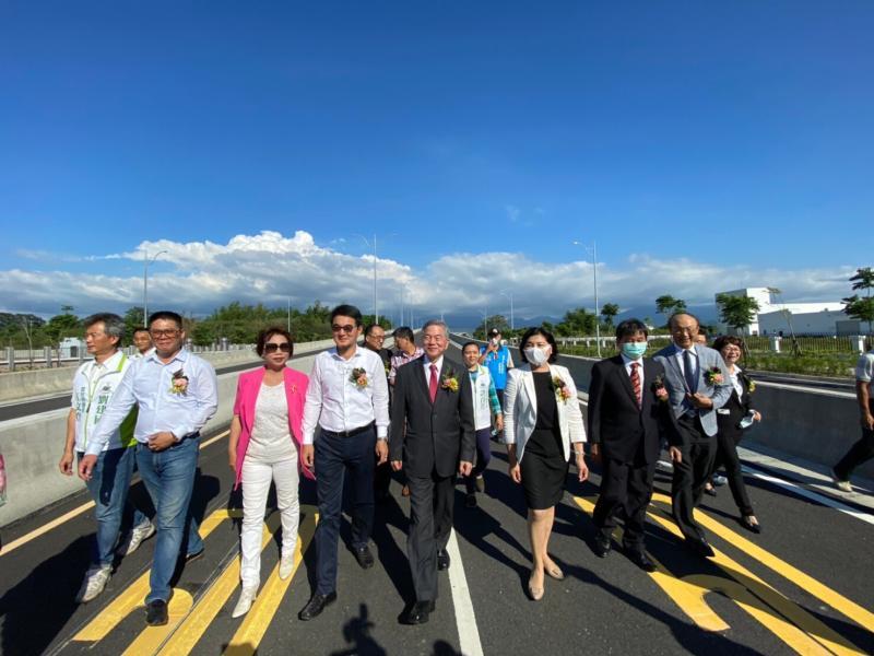 ▲出席貴賓一起走過引道代表正式通車,大家很高興能完成最一哩路。(圖/記者蘇榮泉攝,2020.05.17)