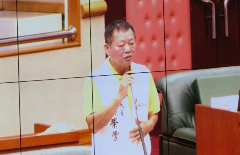 嘉義市議會蔡榮豐議員把乳酪聽成魯肉,在蛋糕中找不到魯肉。