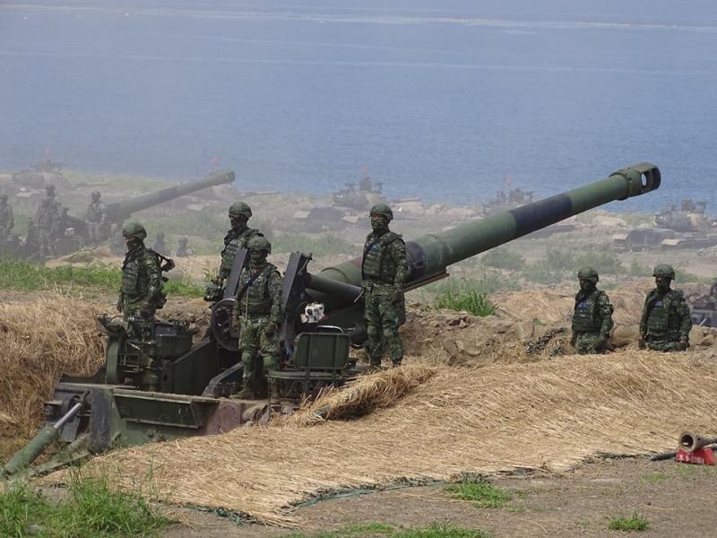 ▲漢光35號演習中,M110自走砲進入射擊掩體後,準備實施反登陸射擊。(圖/記者呂炯昌攝)