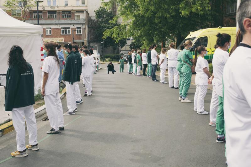 ▲比利時布魯塞爾的聖皮爾醫院,醫療人員用背對迎接總理視察的方式無聲抗議。(圖/達志影像/AP)